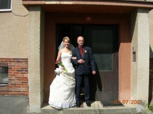 1. foto před bytovkou. Odchod nevěsty z rodné hroudy.