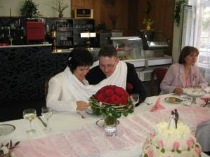 novomanželé baví hosty