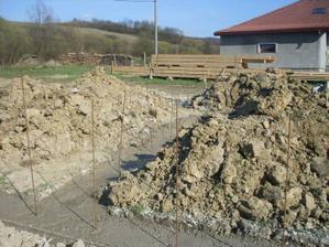 zaliate 32 m3 betonu a 14 m3 kamena