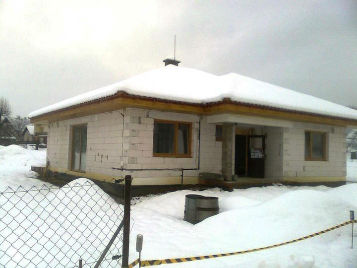 Hruba stavba a strecha finito - uz LEN dokoncujeme :) - Pretoze je vonku veeeela snehu, pokracujeme vo vnutri ...