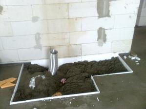 A uz sa sype beton do zakladov pod krb. Privod uz je v spravnej pozicii.