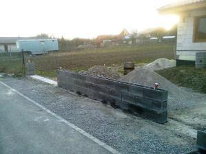 Po obede sme dokoncili prvu cast plotu, ... aj stlpik vzadu.