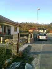 Pred Velkou nocou bol plot postaveny, uz len vyplnit betonom.