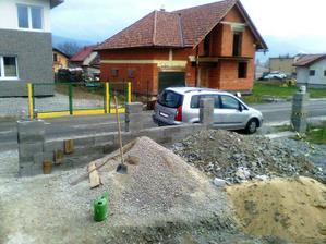 Beton uz je v plote. Na tejto strane padlo asi 0,75 qm betonu ...