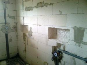 Posledne upravy v kupelni pred zasietkovanim: budeme mat 2 niky (1 v sprchaci, druhu pri vani), tiez sme prelozili srchu a este musime zdvihnut bateriu pre vanu ;-)