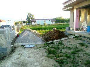 Cast vykopanej hliny pouzijeme na zemne upravy.