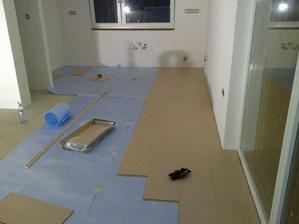 Zaciname pokladat podlahu v kuchyni (23:15, zajtra maju prist robit kuchynu, mierny stres...)