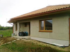 Celkovy pohlad na nas bungalov. Pred vchodom su este vrecia s odpadom (4 murari x 6 dni = 11 vriec odpadu ;-)