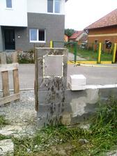 V stlpiku plotu uz mame osadenu schranku ...