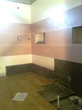 Tu bude sprchac, este dokoncit niky a osadzame sanitu! :-)