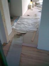 Aj podlaha v chodbe pred technickou je fertig ;-), ako pokracovanie z kuchyno-obyvacky.