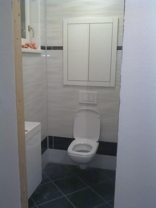Zabyvavame sa - male WC je kompletne dokoncene...uz len poriadne vyumyvat a pockat si na dvere :)