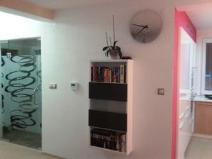 Zatisie s novymi dverami, knihovnickou a hodinami ;-)