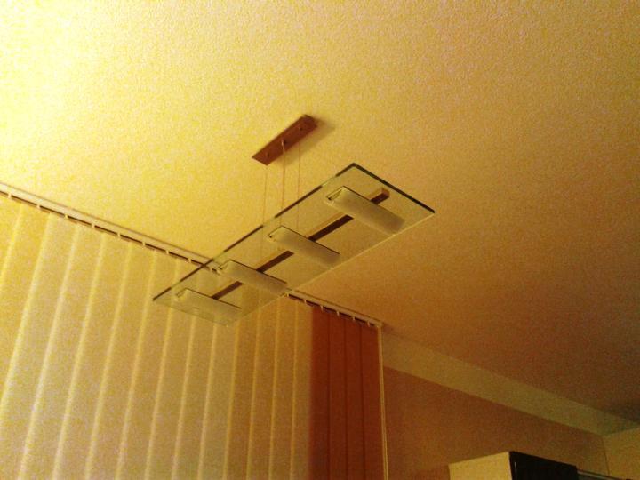 Zabyvavame sa - Aaaa posledne interierove svietidlo zavesene. Ma cca 9kg, tak to chcelo specialne uchytenie cez sadros az do betonoveho stropu...drzi a dufam ze mu to vydrzi :)