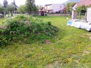 Zaciname s upravami okolo domu: kopa ornice sa musi presunut