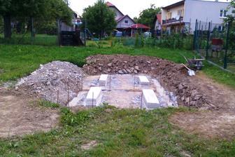 Pripravujeme nove zaklady pre nasu stavebnu budu. V buducnosti sa zmeni na altanok s krbom 8-)