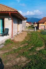 Hlina z vykopanych zakladovych ryh posluzi na vyrovnanie pozemku okolo domu.
