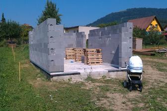 Mury garaze vytiahnute, pod dohladom prisneho stavebneho dozoru ;-).