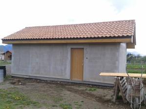 Garaz zasietkovana. Teraz fasada (spolu s domom a plotom)
