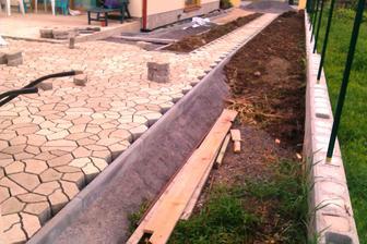 Dlazba (aj z tejto strany pride cez 40 cm zeminy :-( )