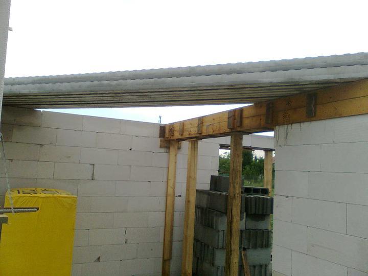 Murovanie - Priprava na strop - najdlhsie nosniky uz su hore ...