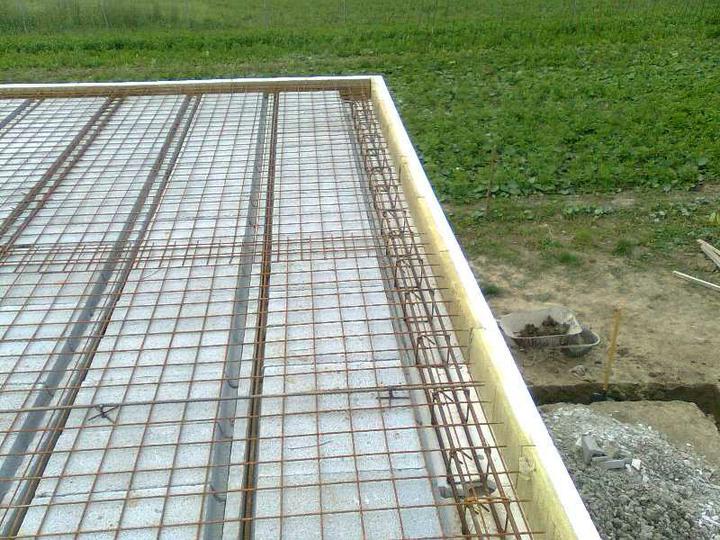 Murovanie - Zaarmovany strop a uz sa kopu aj zaklady na terasu (vpravo dole :-)