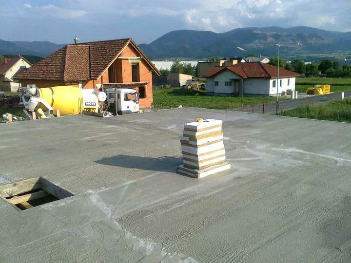 Murovanie - Po vikendovej priprave sa betonovalo...