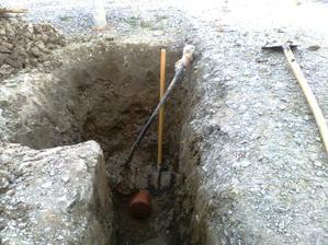 Vodovodna pripojka aj kanalizacia - teraz uz len propojit