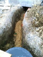 Nasa strana vodovodni pripojky je napojena na sachtu (hadica je skryta pod pieskom), este zasypat zeminou