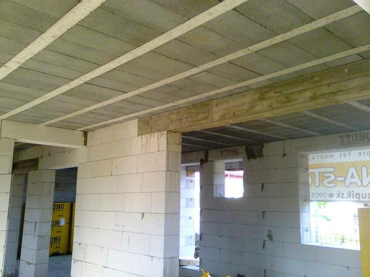 Murovanie - Dva preklady pridane navyse oproti projektu (oba v obyvacke), aby sme nemuseli robit monoliticke stropne dosky. Tiez sme nechceli zvyseny strop v obyvacke.
