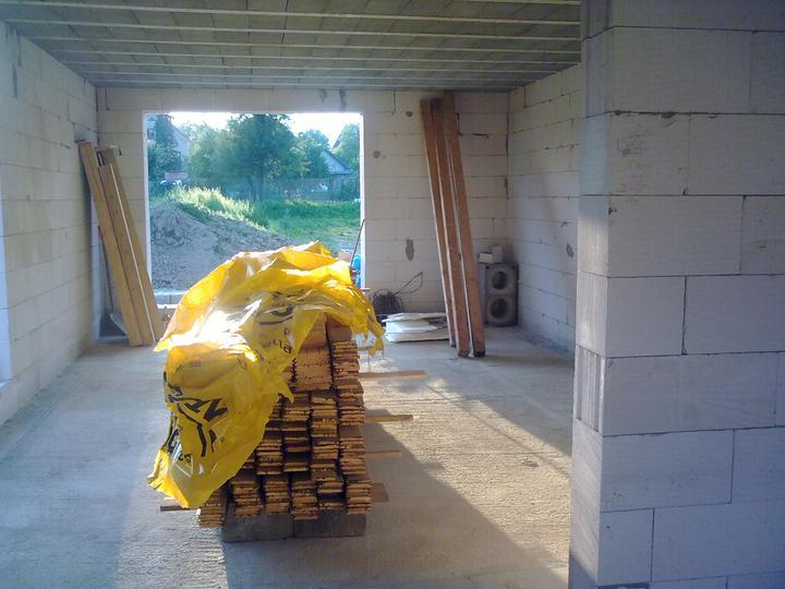 Murovanie - Buduca obyvacka a vyhlad na buducu zahradu (to vpravo vzadu nie su repraky, ale zvysna tvarnica z komina ;-)