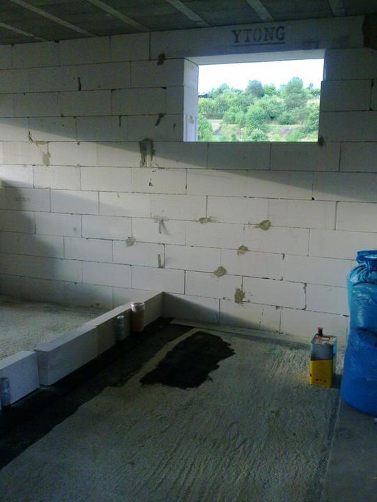 Murovanie - Potom sme dali lepenku a cvicne aj prvy rad. Toto su priecky v kupelni