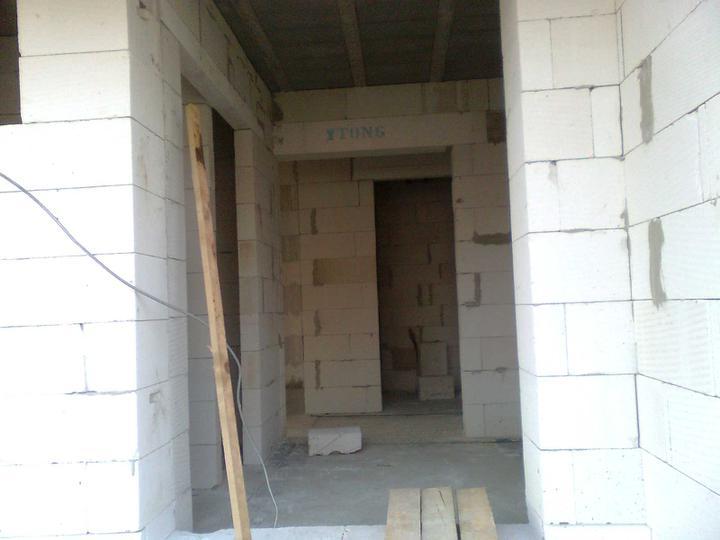 Murovanie - Takto to teraz vyzera pri pohladu do vchodu, vzadu technicka, vpredu vlavo male WC.