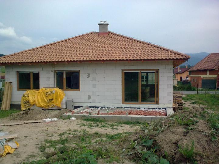 Hruba stavba a strecha finito - uz LEN dokoncujeme :) - uz si tukame...na okna :) (Slovaktual, farba irsky dub)