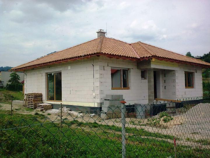 Hruba stavba a strecha finito - uz LEN dokoncujeme :) - nove okna - huraaa