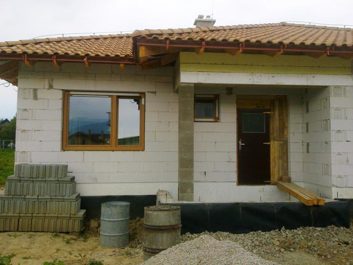 "Hruba stavba a strecha finito - uz LEN dokoncujeme :) - a nase ""nove"" dvere :)"