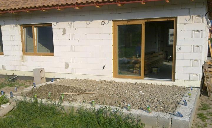 Hruba stavba a strecha finito - uz LEN dokoncujeme :) - zasypana terasa ...