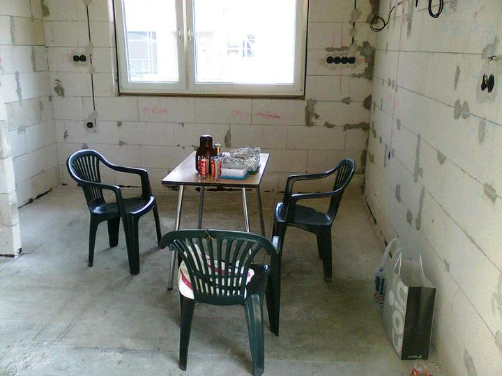 Hruba stavba a strecha finito - uz LEN dokoncujeme :) - dakujeme za stolicky a stol - veeeelmi dobre nam sluzia! ;-)