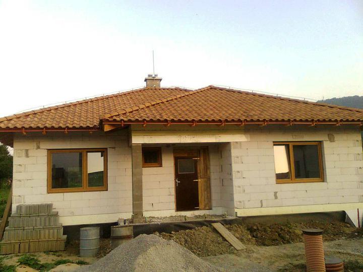 Hruba stavba a strecha finito - uz LEN dokoncujeme :) - Upraveny bleskozvod. Naistalovana zberna tyc (podla platnej normy je to nutne). Aj pred vchodom je zasypane az po vrch.