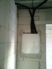 ... zozadu. Fakt vela kablov. Pridu zakryt sadrokartonom, alebo XPS-kom (tepelna izolacia v spajzi)