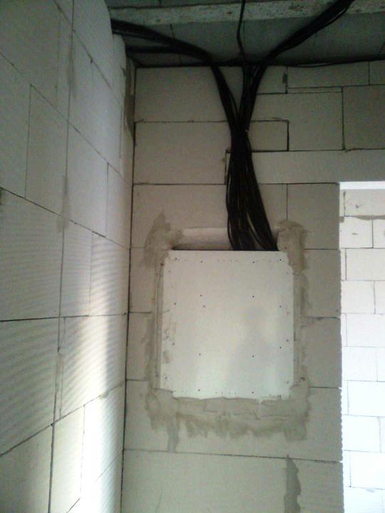 Hruba stavba a strecha finito - uz LEN dokoncujeme :) - ... zozadu. Fakt vela kablov. Pridu zakryt sadrokartonom, alebo XPS-kom (tepelna izolacia v spajzi)