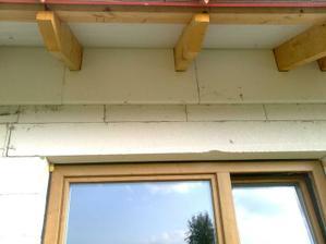 Chystame sa na podbitie strechy. Ako prva je urobena izolacia.