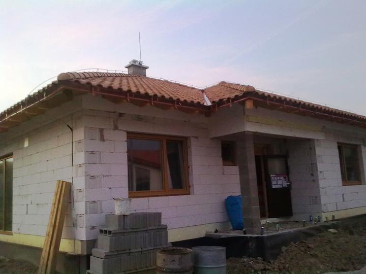 Hruba stavba a strecha finito - uz LEN dokoncujeme :) - Izolacia pod podbitie je kompletna, dorobili sme aj izolaciu nad vchodom (zboku)
