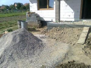 """... a tiez presunut hromadu strku a odkopat ujazdenu vrstvu strku a urobit vykop, ktorym pojde plyn do domu, vedla vstupnej """"terasy"""".."""
