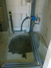 technicka miestnost - voda tecie! zjavne :)