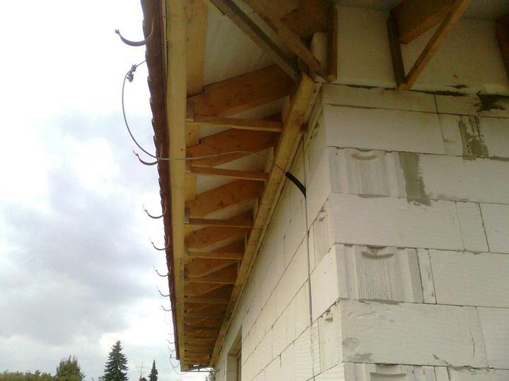 Hruba stavba a strecha finito - uz LEN dokoncujeme :) - Dalsia faza podbijania ... na tieto dosky budeme natlkat tatransky (kolmo k stenam)