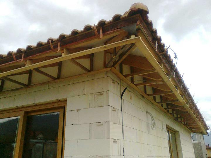 Hruba stavba a strecha finito - uz LEN dokoncujeme :) - Prvy (a zatial jediny) roh vyrieseny