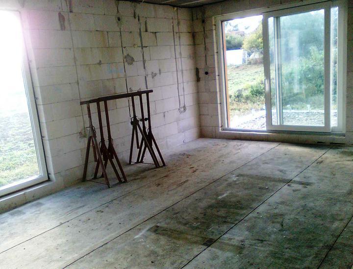 Hruba stavba a strecha finito - uz LEN dokoncujeme :) - Chystame sa pokladat podlahove kurenie a robit potery, tak sme drevo na podbitie odstahovali z obyvacky.