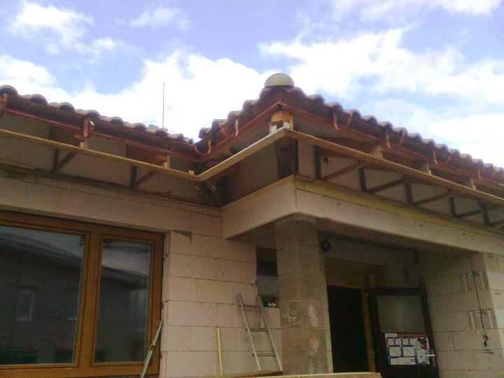 Hruba stavba a strecha finito - uz LEN dokoncujeme :) - ...a je to! (bez ztrat na zivotoch alebo zdravi :-)