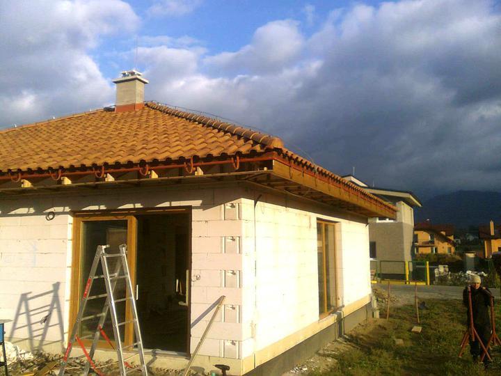 Hruba stavba a strecha finito - uz LEN dokoncujeme :) - zahajena dalsia etapa - zvisle podbitie z juznej strany hotoveee